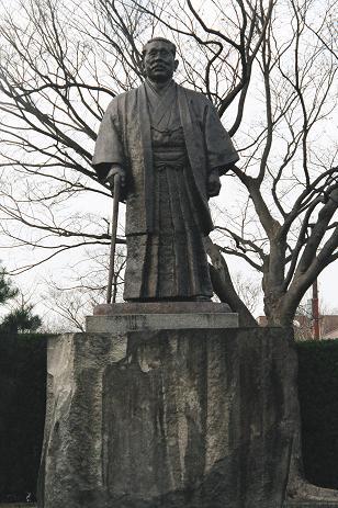 廣田弘毅の銅像。足元には緒方敏雄氏の名が刻まれている。