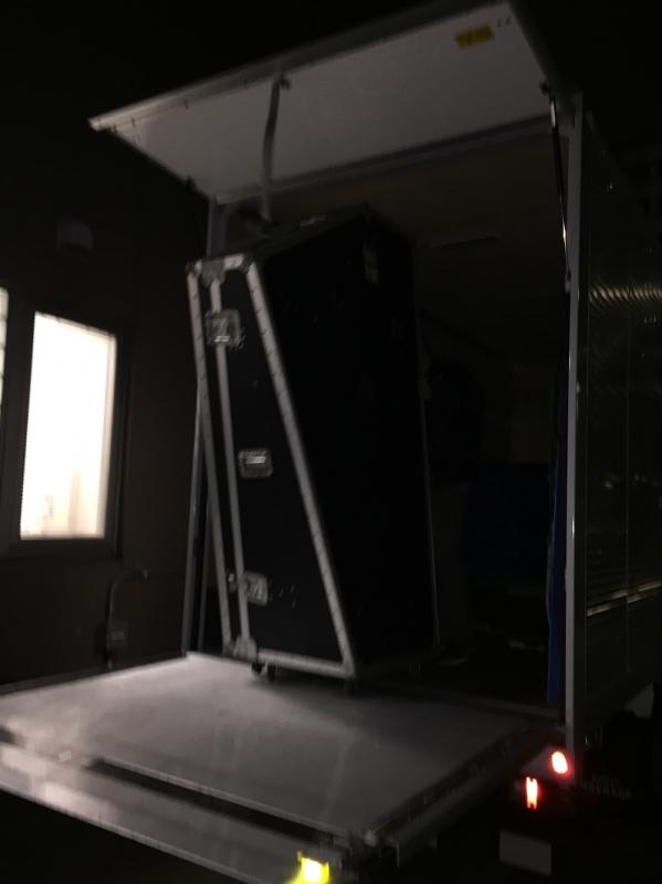 ハープをハードケースに入れてトラックで運ぶ