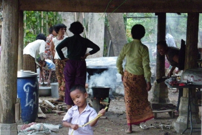 女性たちは煮炊き。