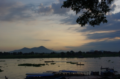 夜明けのトンレ・サップ川
