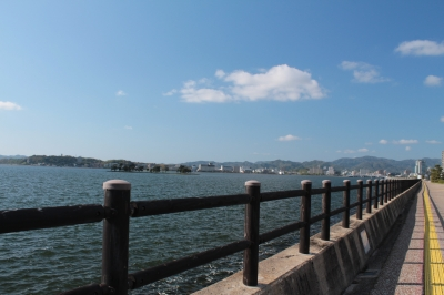 風を感じられる宍道湖沿いの遊歩道