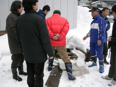 雪の状況をみてまわる学生や教授