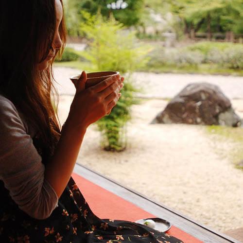お抹茶飲む女性.JPG