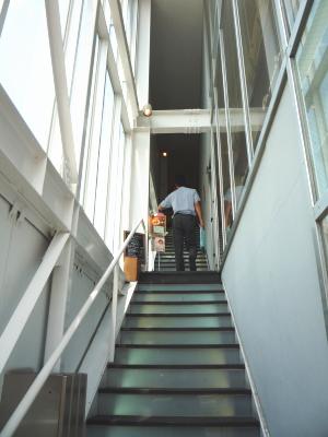 長い階段を登ります