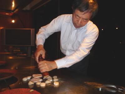 シーフードを焼く店長の石松さん