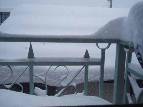 てんこ盛の雪(我が家のベランダ)