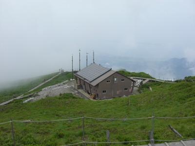 大山頂上の避難小屋