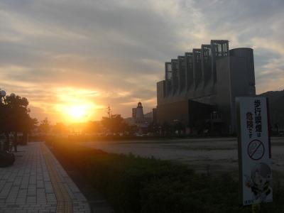 夕日に染まる境港駅
