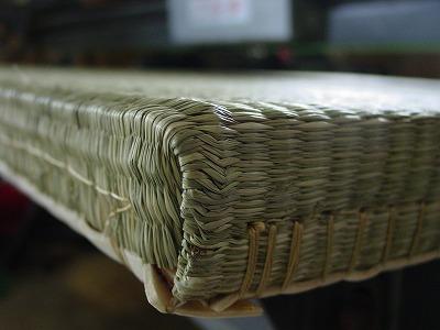 夏畳!艶々特殊三角い草が、足裏に心地いぃ〜ヘリ無し(りゅうきゅう)畳の表替え製作。?