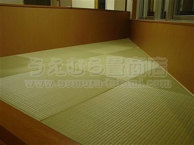 三角形の部屋に東レ製カラー畳表使用のヘリ無し(りゅうきゅう)畳の施工例?