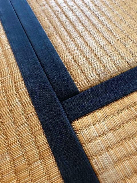 カビダニが発生しにくいモカベージュ引目カラー縁付き畳に模様替え。1