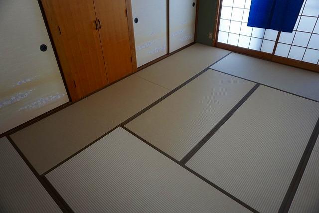 カビダニが発生しにくいモカベージュ引目カラー縁付き畳に模様替え。4