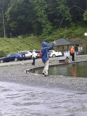 釣りをするわんわん