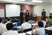 松久彩香さんと企業軍師のがっちり握手 ちょっぴりテレ気味の企業軍師  奥さんに怒られないかなぁ〜