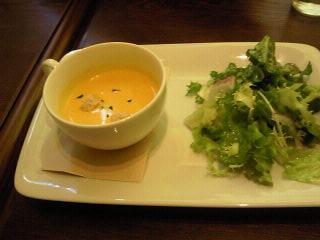 魚のココットのスープとサラダ