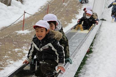雪の日の滑り台
