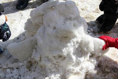 雪でぺんぎん作り