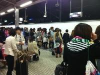 女子でいっぱいの新幹線ホーム