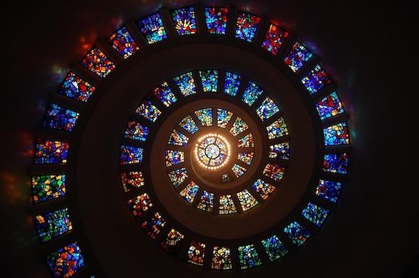 教会、ステンドグラスの螺旋