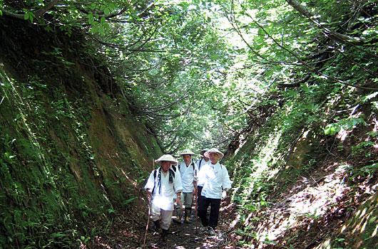 新緑と残雪の古道を往く 〜六十の詣で 壱〜