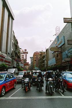 ものすごい交通量のチャイナタウン。
