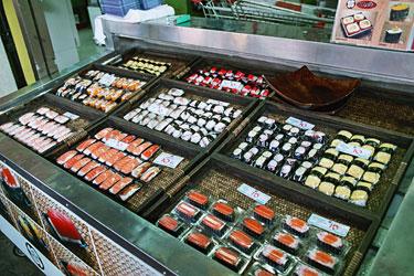 スーパーで売っていたミニ寿司。一個詰め。
