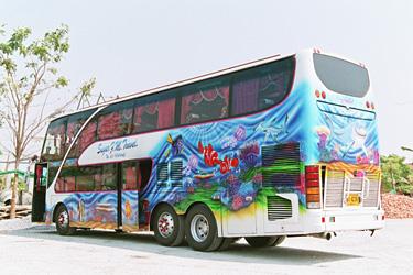 派手なバス。