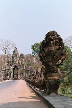 遺跡へ繋がるゲート前にあった蛇。