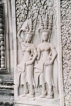女体の彫刻。