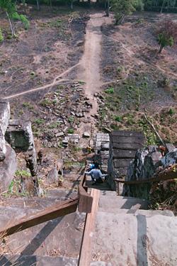 下る様子。登るときより断然怖い〜。