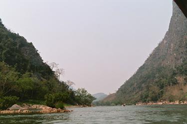山の間を舟で進んでゆく。