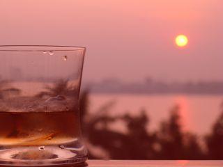 ハノイの夕陽とバーボンと
