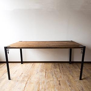アイアン脚のダイニングテーブル