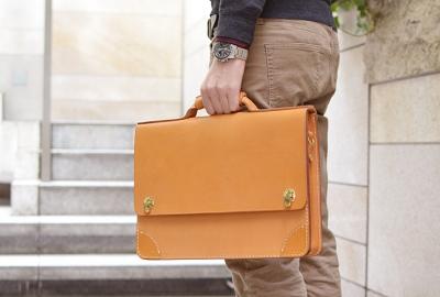 ブリーフケースとは簡単便利に書類を持ち歩けるバッグ