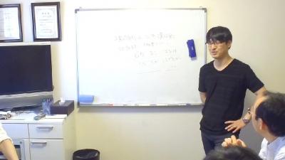 プレゼンテーションについてレクチャーする上野大照