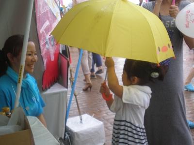 雨の中女の子
