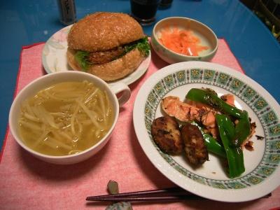 R0026331鮭ソテー、海老かつバーガー、もやしスープ、ピーラー人参サラダ_400.jpg