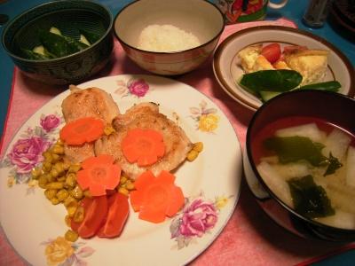 R0026505桜のチキンソテー、大根わかめ味噌汁、クリームとチーズきゅうりグミトマト_400.jpg