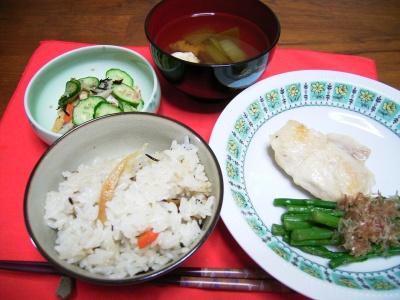 R0027008昼食チキンソテーアスパラ添え、深川飯、チンゲン菜とキノコのお吸い物、きゅうり胡麻和え_400.jpg