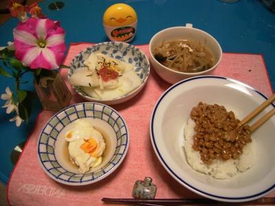R0027335納豆ご飯、大根サラダ、落とし卵、もやしスープ