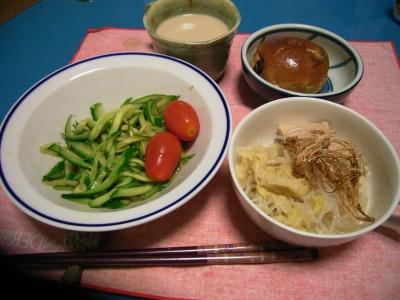 R0027594キャベツとチキンとしらたきのスープ煮、きゅうりとグミトマトサラダオリジナルドレッシング、レーズンパン_400.jpg