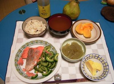 R0028862塩鮭とゴーヤの蒸し焼き、おきゅうと、卵焼き、お味噌汁、蜆ご飯、柿、洋なし_400.jpg