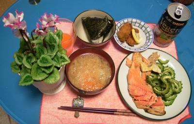 R0029033鮭カマとゴーヤ蒸し焼き、牡蠣フライ、大根味噌汁、おむすび_400-255.jpg