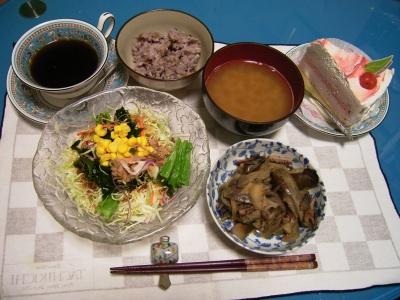 R0029356イカとナスの炒め物、ツナコーンワカメサラダ、お味噌汁、五穀米ご飯、デザート_400.jpg