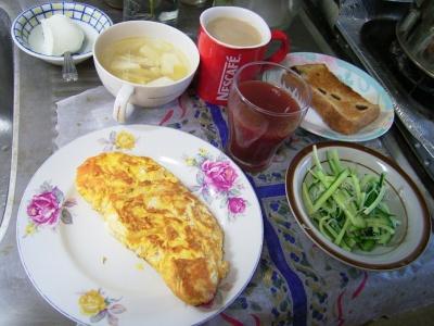 R0029572朝チーズオムレツ、キュウリとジャコのサラダ、トースト、豆腐スープ、野菜ジュース、ヨーグルト、カフェオレ_400.jpg