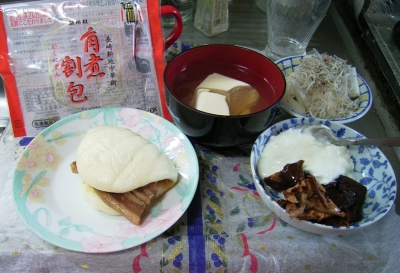 R0029595昼-角煮まん、干し柿、ヨーグルト、湯豆腐、大根とジャコのサラダ_400.jpg