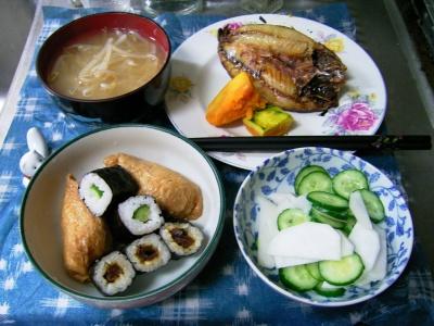 R0029597夜-巻き寿司、アジの干物、カボチャ煮、キュウリと蕪の酢の物、もやしの味噌汁_400.jpg