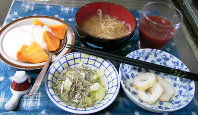 R0029599朝-柿ヨーグルト、セロリとイリコサラダ、長崎ちくわ、もやし味噌汁_400.jpg