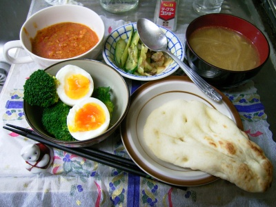 R0029605夜-キーマカレーとナン、ブロッコリーとゆで卵の温サラダ、エスニック風味スープ、キュウリとセロリの和え物_400.jpg