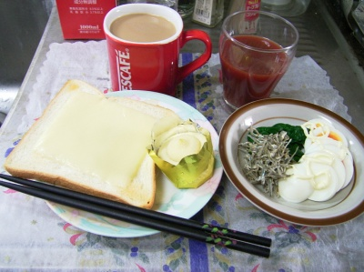 R0029609昼-チーズトースト、ゆで卵とほうれん草とジャコ、野菜ジュース、カフェオレ_400.jpg